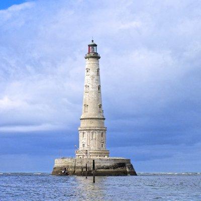 Leuchtturm im Meer vor der französischen Atlantikküste